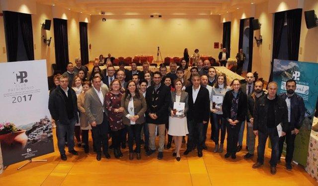 Carrillo (centro), junto a los alcaldes, tras la renovación de los convenios