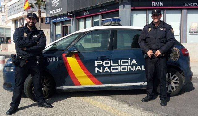 Dos agentes de la Policía Nacional salvan la vida a una mujer en Palma