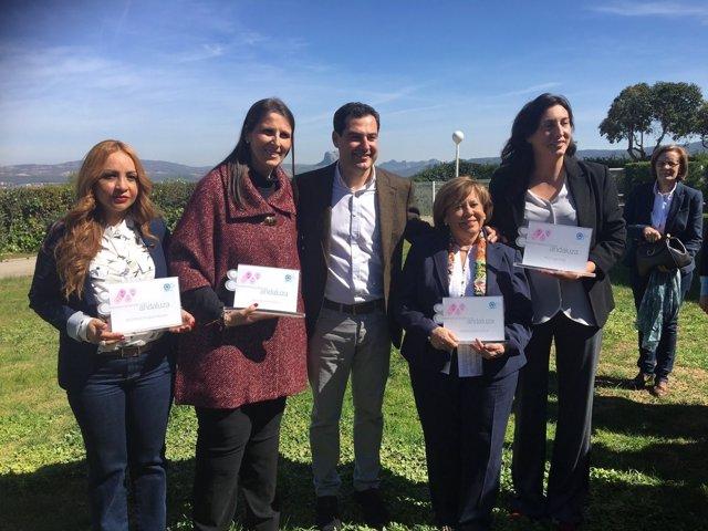 Juanma Moreno con mujeres reconocidas por el PP-A andaluz día mujer