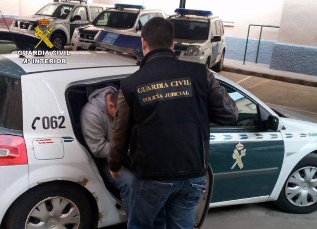 Imagen del detenido trasladado por la Guardia Civil