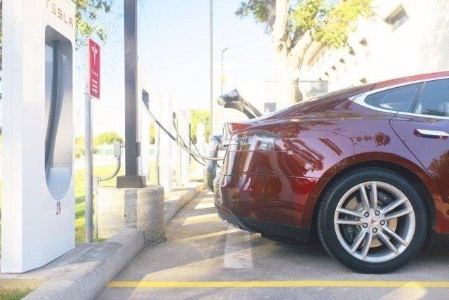Coche de Tesla, eléctrico, recarga