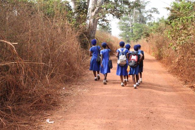 Niñas van a la escuela en Sierra Leona.