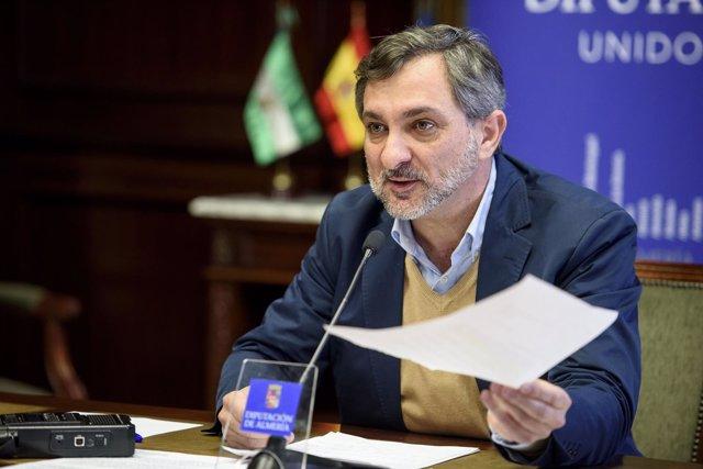 El diputado de Bienestar Social responde  a las críticas del PSOE.