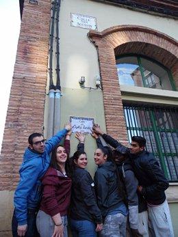 Pegada de carteles reivindicativos de calles con nombre de mujer