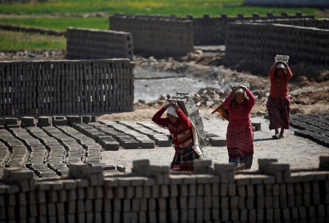 Mujeres transportan ladrillos en una fábrica de Nepal