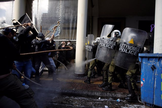 Enfrentamientos entre agricultores y policías en Atenas