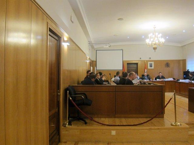Los acusados, junto a sus letrados, en la Audiencia de Valladolid.