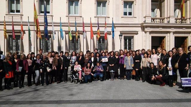 Senadoras de todos los partidos se manifiestan por el Día de la Mujer