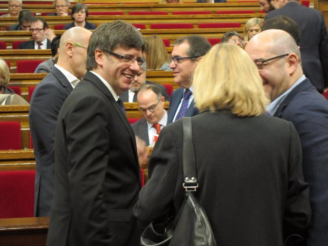 El presidente Carles Puigdemont en el pleno del Parlament