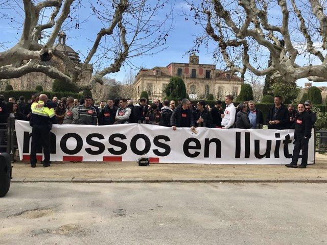 Mossos d'Esquadra protestan en el Parlament