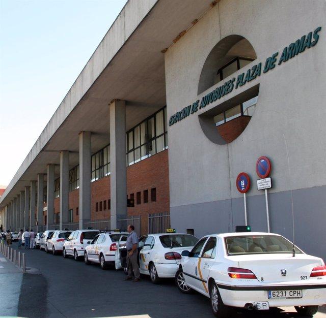 Taxis en la parada de la estación de Plaza de Armas.