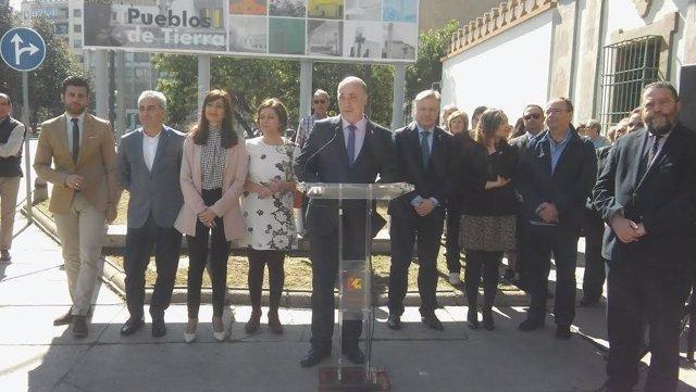 Ruiz (centro) lee el manifesto elaborado por las dipuaciones andaluzas