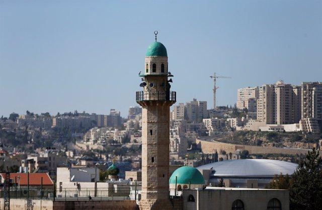 Minarete de una mezquita en un barrio árabe de Jerusalén.