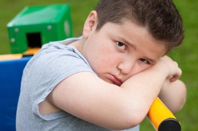 Niño con obesidad, triste