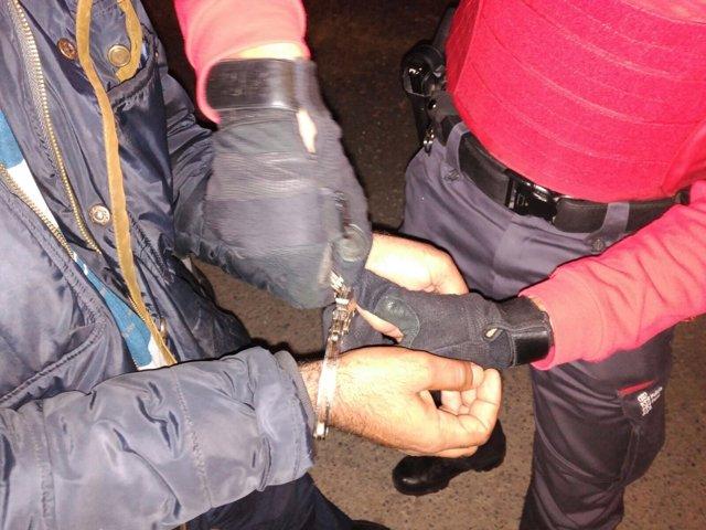 Momento de una detención por violencia de género.