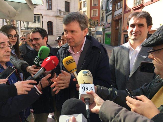 El alcalde de Burgos, Javier Lacalle, atiende a los medios de comunicación