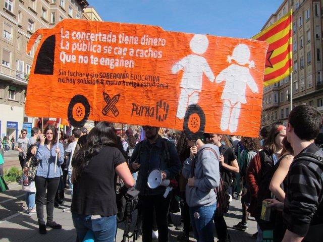 Una de las pancartas que se podían ver hoy en la manifestación por la educación