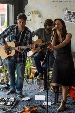 Cristina Gestido junto a integrantes de su banda.