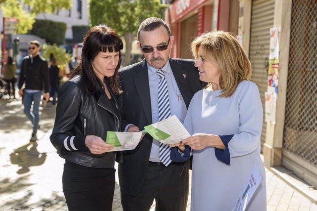 Dolores Martínez y Pilar Ortega junto al presidente de Alcer, José Fenoy.