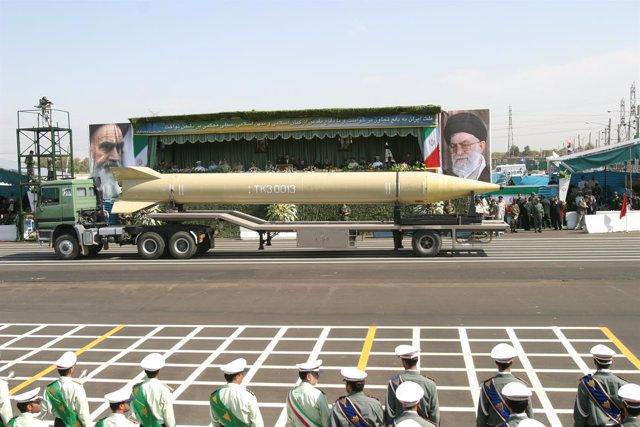 Misil de largo alcance iraní durante un desfile en Teherán