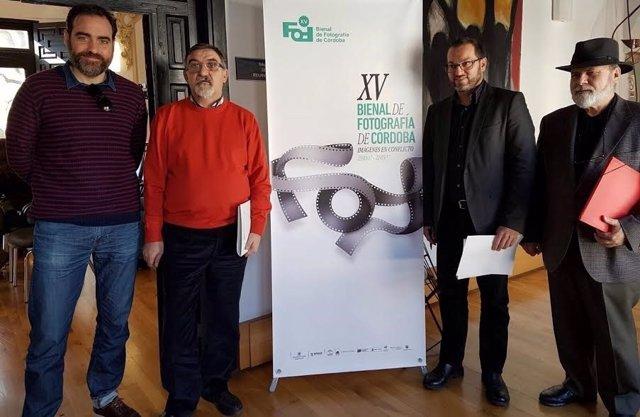 Luque (centro) durante la presentación de la bienal de fotografía