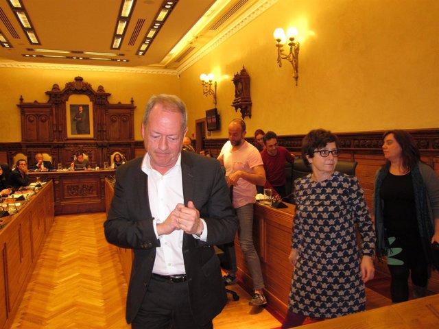 Concejales abandonando el pleno de Gijón