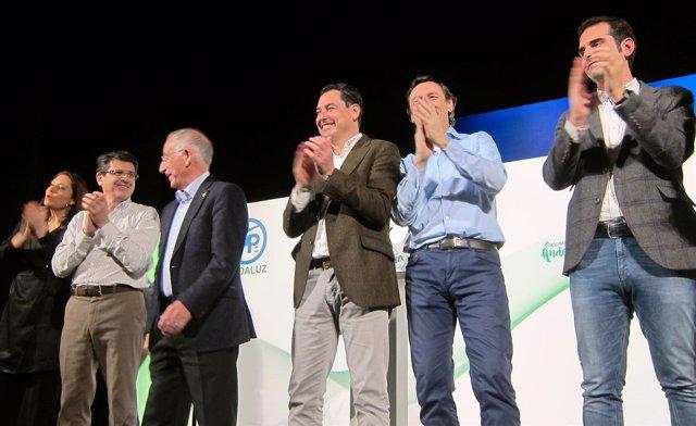 En el centro, el líder del PP-A, Juanma Moreno