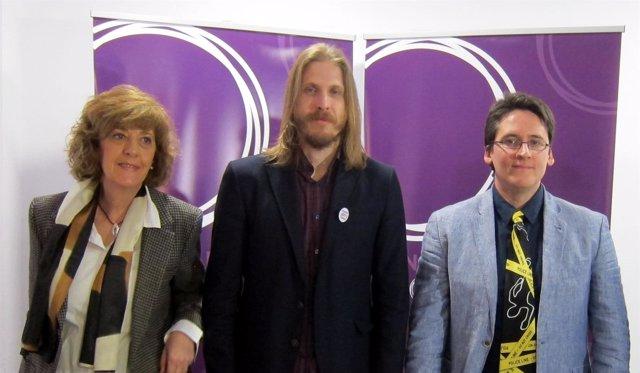Pablo Fernández, centro, en la sede de Podemos.