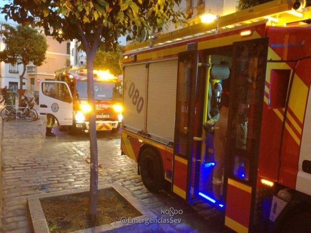 Actuación de los bomberos en la calle Cruz Verde.