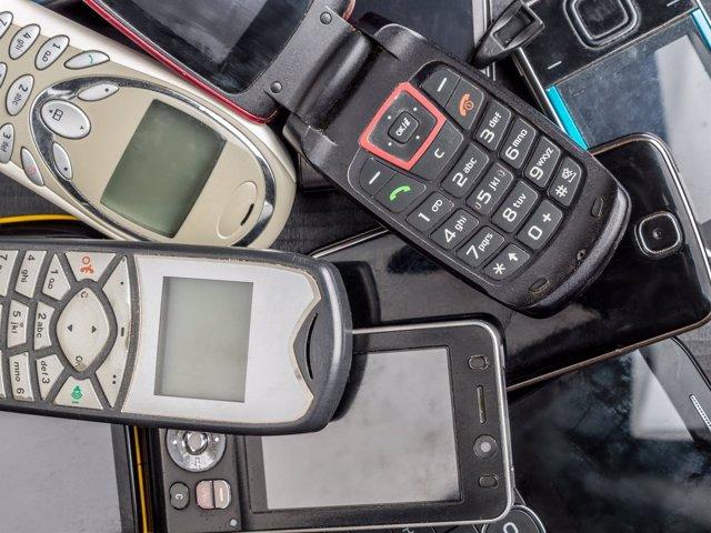 Montaña de móviles viejos para su recuperación y reciclaje
