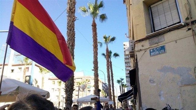 La placa en la Plaza de la División Azul en Alicante