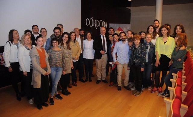 El presidente de la Diputación y la alcaldesa de Córdoba, junto a los jóvenes