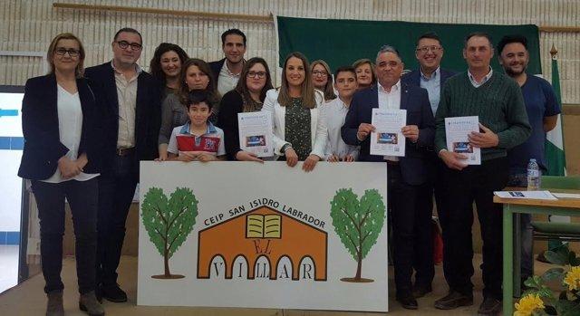 Ruiz (centro) durante su visita al CEIP San Isidro