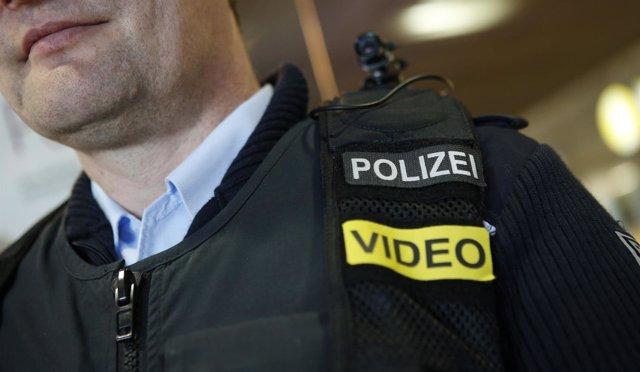 Policía alemán con cámara de vídeo