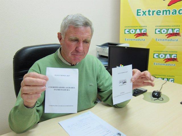 Juan Moreno sostiene la papeleta aprobada y la suprimida