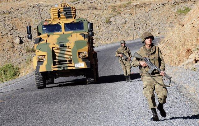 Soldados Turcos Patrullan En Busca De Guerrilleros Del PKK