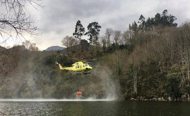 Helicóptero 112. Incendios. Fuegos. Focos forestales.  Extinción. Sofocar.