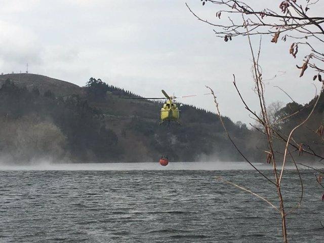 Helicóptero 112. Agua. Pantano. Embalse. Focos. Incendios. Fuegos. Sofocar.