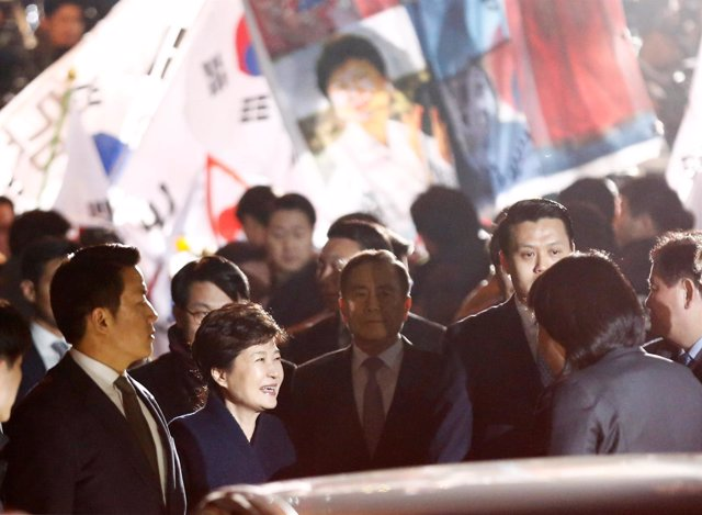 La ex presidenta de Corea del Sur, Park Geun Hye, saluda a sus partidarios