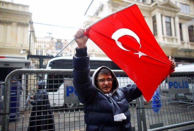 Manifestación ante el Consulado holandés en Estambul