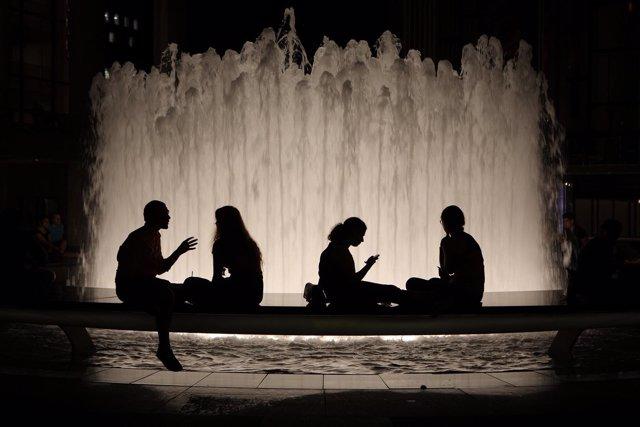 Gente hablando en una fuente