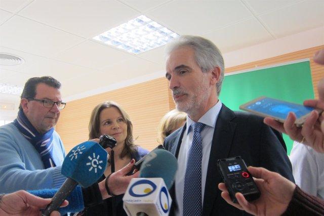 Aquilino Alonso atiende a los periodistas.