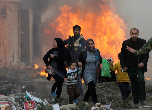 Survivors walk after a blast in Kabul, Afghanistan March 13, 2017.  REUTERS/Moha