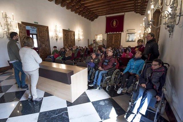 Miembros de la asociación Inclusives visitan la Diputación de Cáceres