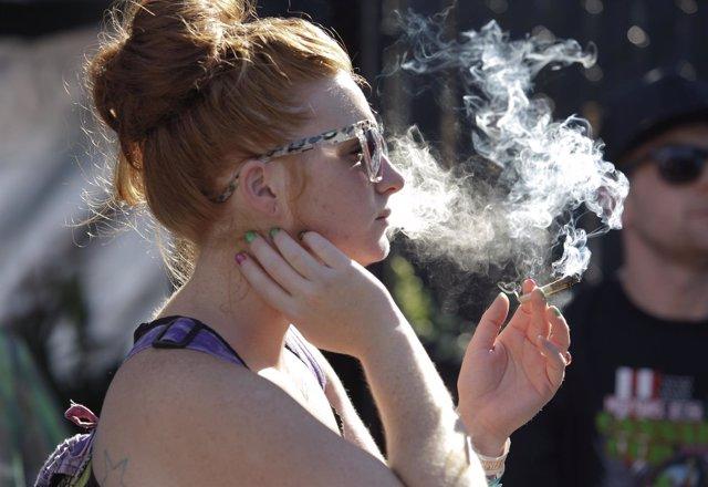 Mujer fumando un cigarro