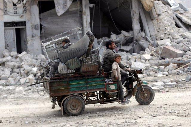 Residentes en la ciudad siria de Al Bab