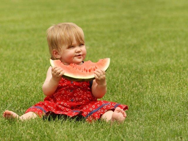Bebé calor, sandía, verano