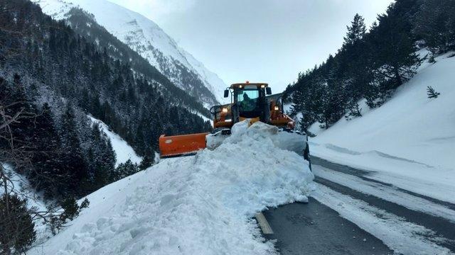 Máquina quitanieves trabajando para reabrir el paso transfronterizo de Bielsa