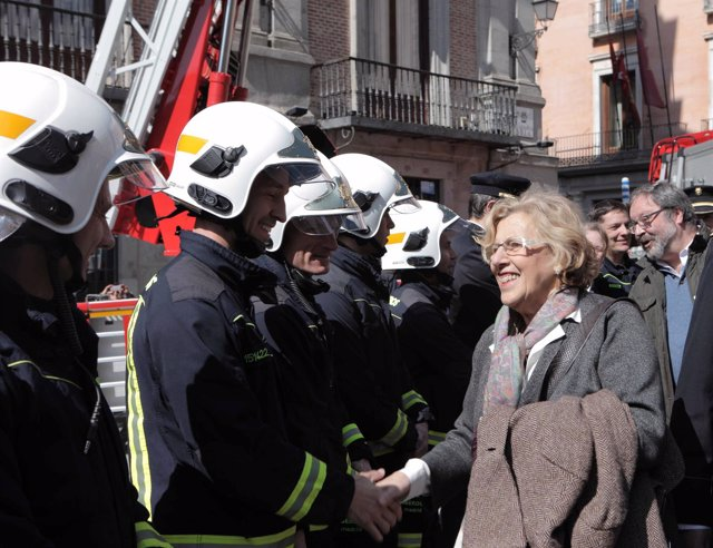 Carmena con bomberos del Ayuntamiento de Madrid