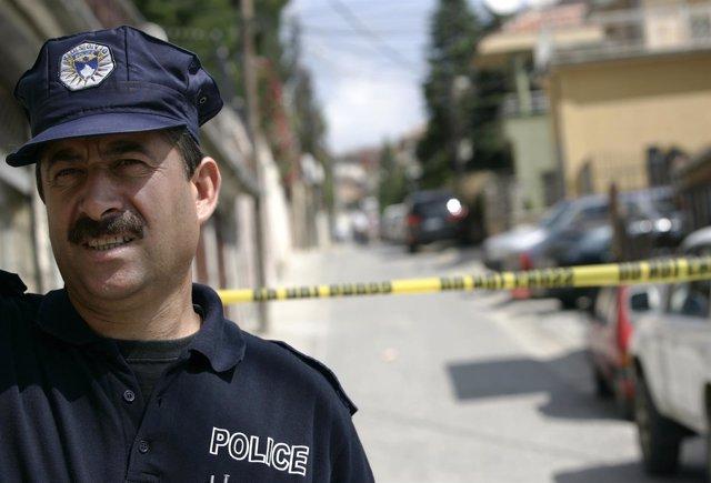 Un policía en Kosovo